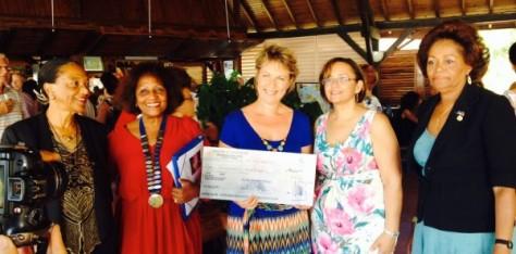 """Nathalie GENELOT reçoit le """"Prix Femme Chef d'Entreprise"""" Martinique 2014."""